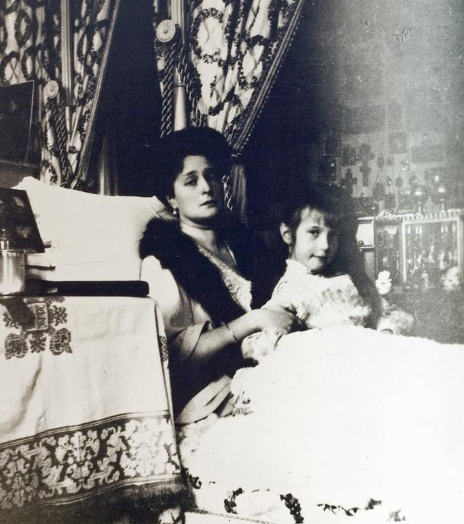 Empress Alexandra with her youngest daughter, Grand Duchess Anastasia Romanov.