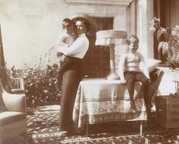 Grand Duchess Olga Romanov with her little German cousins